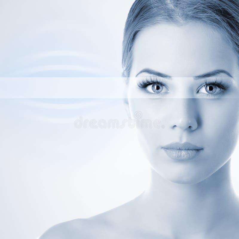 Il fronte della bella donna con l'accento sugli occhi, blu tonificato immagine fotografia stock