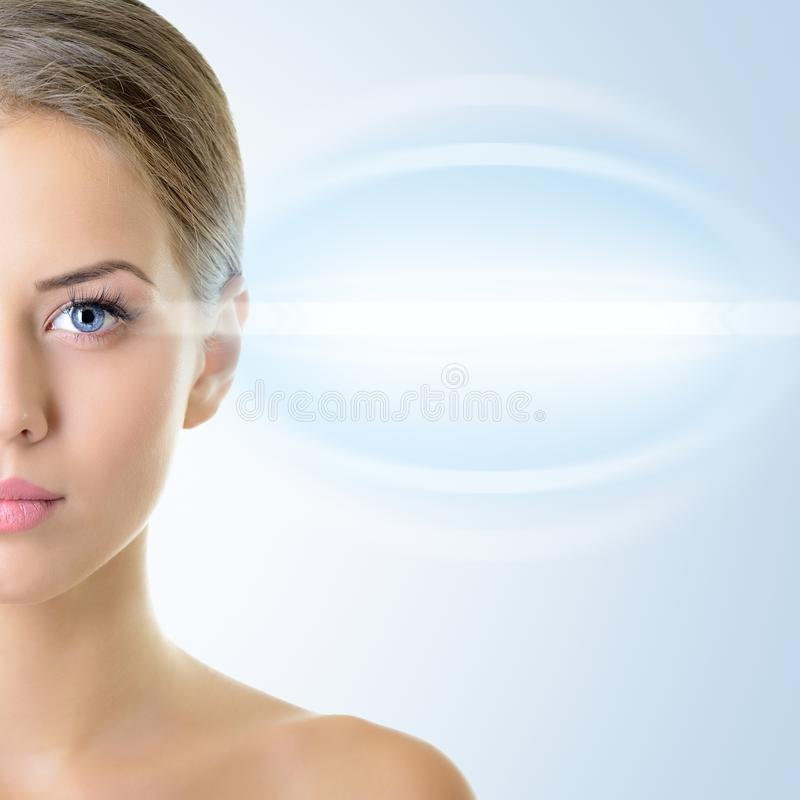 Il fronte della bella donna con l'accento sugli occhi fotografia stock