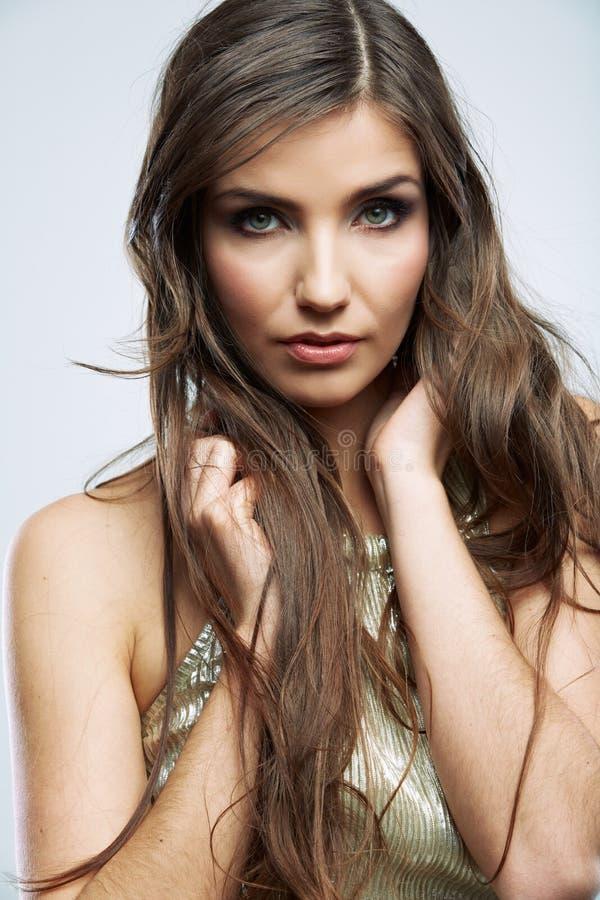 Il fronte della donna con capelli ricci lunghi su fondo bianco ha isolato i clo fotografia stock