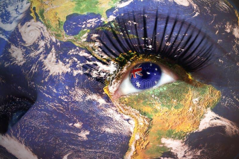 Il fronte della donna con struttura del pianeta Terra e bandiera australiana dentro l'occhio immagini stock libere da diritti