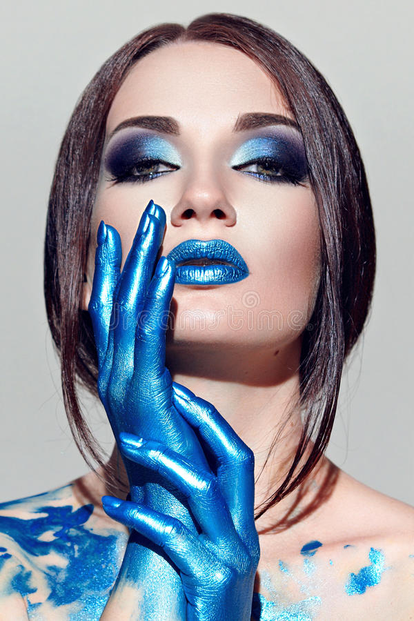 Il fronte della ragazza con trucco blu fotografie stock libere da diritti