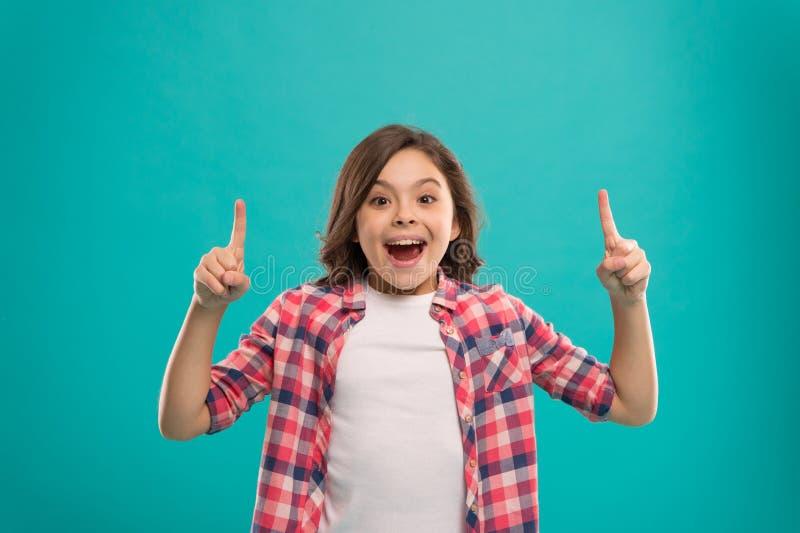 Il fronte sorpreso sveglio della ragazza ha scoperto l'idea importante I capelli lunghi della bambina hanno ottenuto l'idea lumin immagine stock libera da diritti