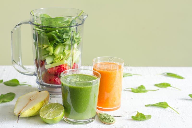 Il frullato verde con salute di frutti e del miscelatore è a dieta lo stile di vita fotografie stock libere da diritti