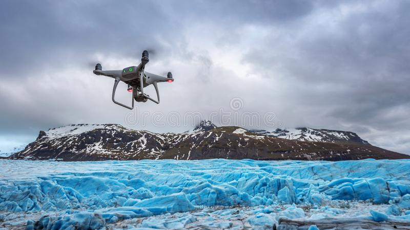 Il fuco con una macchina fotografica sta volando sull'iceberg fotografie stock libere da diritti