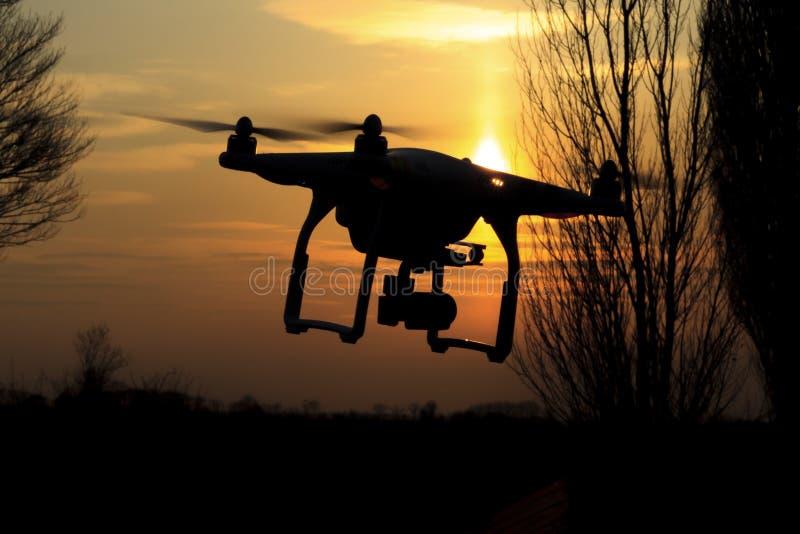 Il fuco pilota e rimuove i campi che hanno punteggiato il paesaggio dell'agricoltura fotografie stock