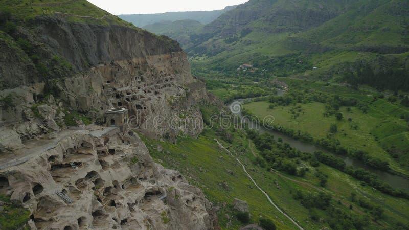 Il fuco spara per le vecchie caverne della montagna immagine stock libera da diritti