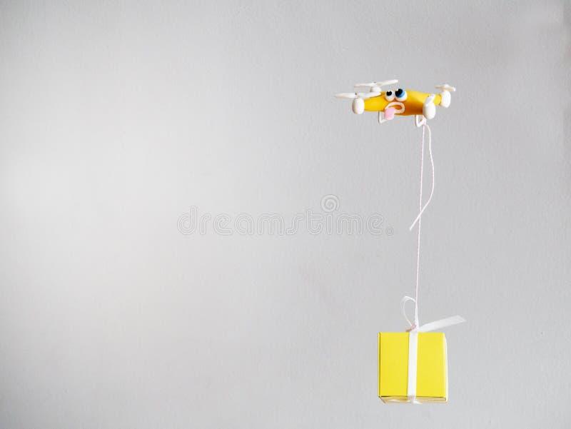 Il fuco vicino su di quadrocopter con il pacchetto stanco immagine stock