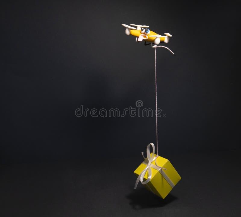 Il fuco vicino su di quadrocopter con il pacchetto stanco fotografie stock