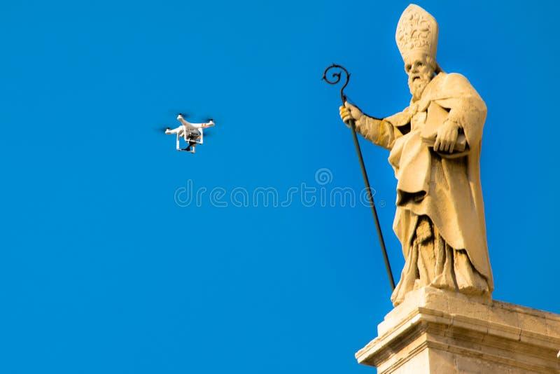 Il fuco vola davanti ad una statua di una chiesa barrocco in Sicilia Italia fotografie stock libere da diritti