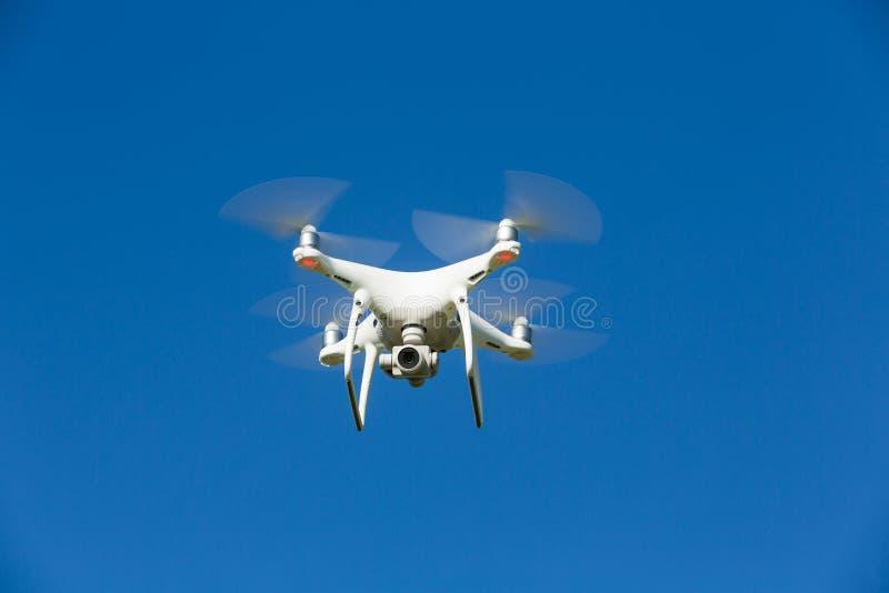 Il fuco vola nel cielo blu immagini stock libere da diritti