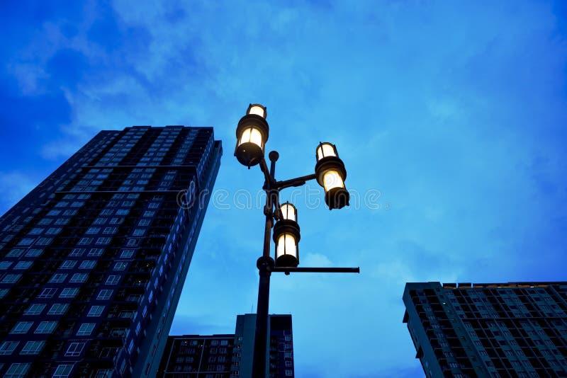 Il fulmine della lanterna sui precedenti del cielo e di un grattacielo residenziale fotografie stock libere da diritti