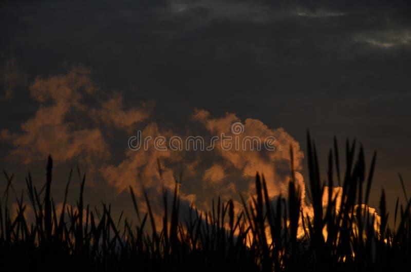 Il fumo al tramonto fotografie stock