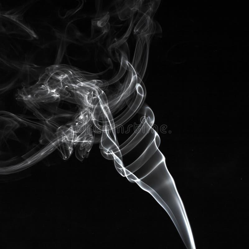 Il fumo bianco astratto turbina modello sopra i precedenti neri fotografia stock