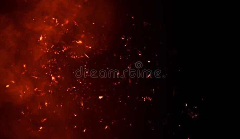 Il fumo con le particelle dei tizzoni del fuoco struttura le sovrapposizioni Bruci l'effetto su fondo isolato fotografia stock libera da diritti