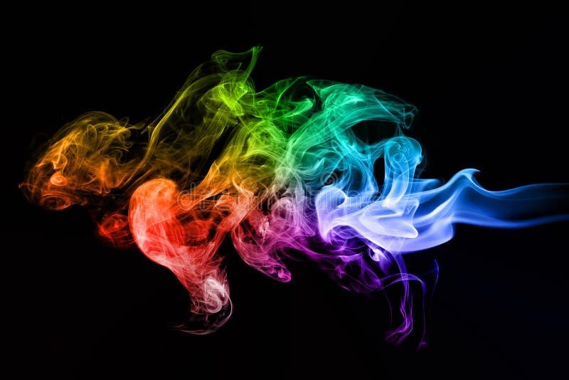 Il fumo creativo variopinto ondeggia sul nero fotografia stock libera da diritti