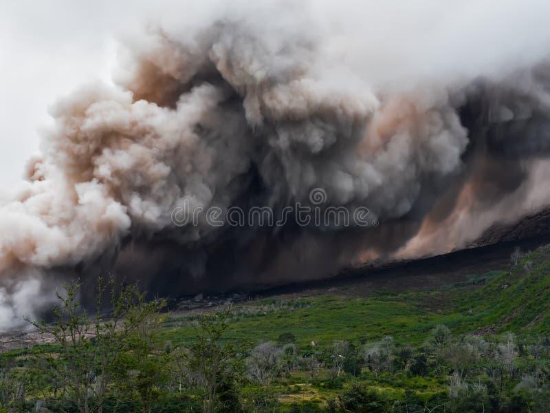 Il fumo e la cenere dal vulcano Sinabung è spanto lungo il lato fotografia stock libera da diritti