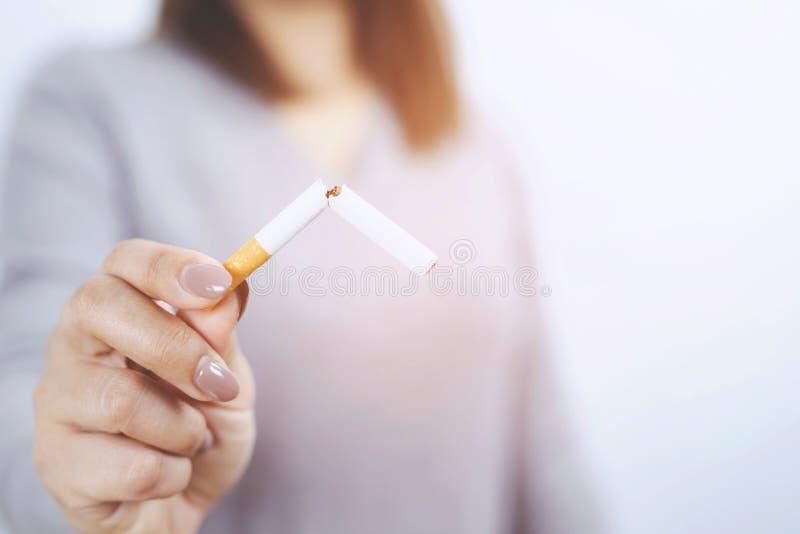 Il fumo ? nocivo a salute ed ai bambini, donne incinte fotografia stock libera da diritti