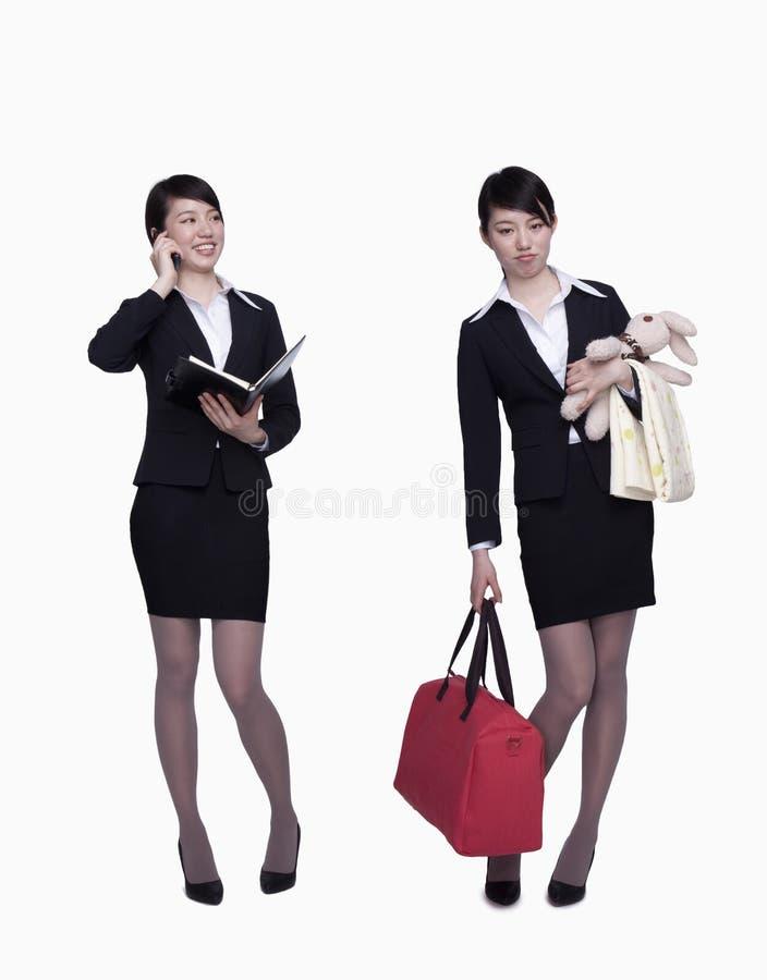 Il funzionamento della donna di affari, la donna di affari con la borsa ed i bambini copre, l'opposto, colpo dello studio immagini stock libere da diritti