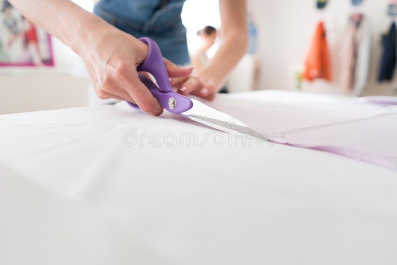Il funzionamento della persona, donna della cucitrice cuce la blusa fotografia stock