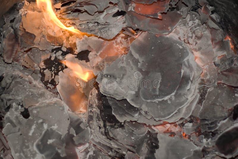 Il fuoco brucia il documento per incenerire fotografie stock libere da diritti