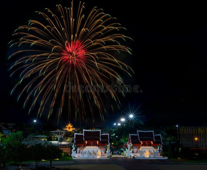 Il fuoco d'artificio bello a Flora Ratchaphruek Chiangmai reale Th fotografia stock