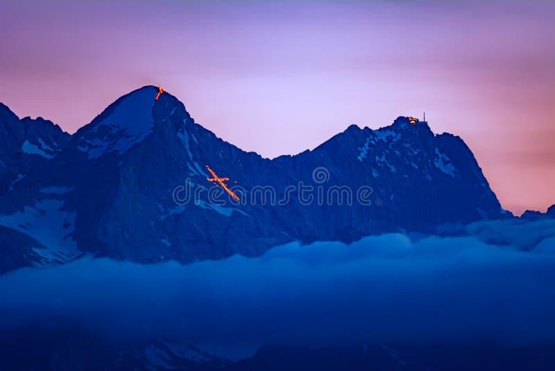 Il fuoco di St John tradizionale sulle montagne fotografia stock libera da diritti