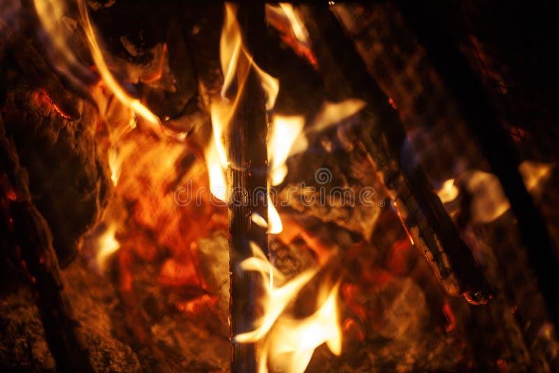 Il fuoco fiammeggia di arti del fondo della griglia della protezione macro nei prodotti delle stampe di alta qualità immagine stock libera da diritti