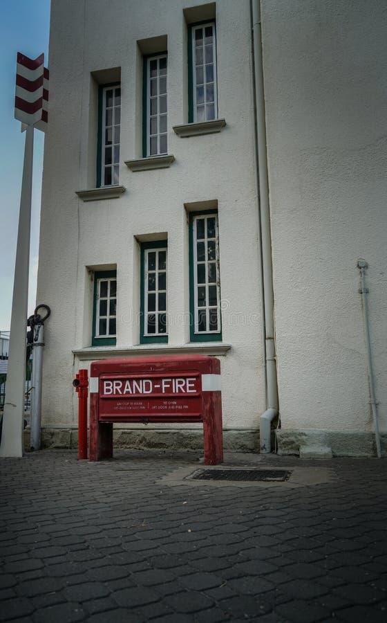 Il fuoco rosso della stazione ferroviaria e del museo di Windhoek firma immagini stock