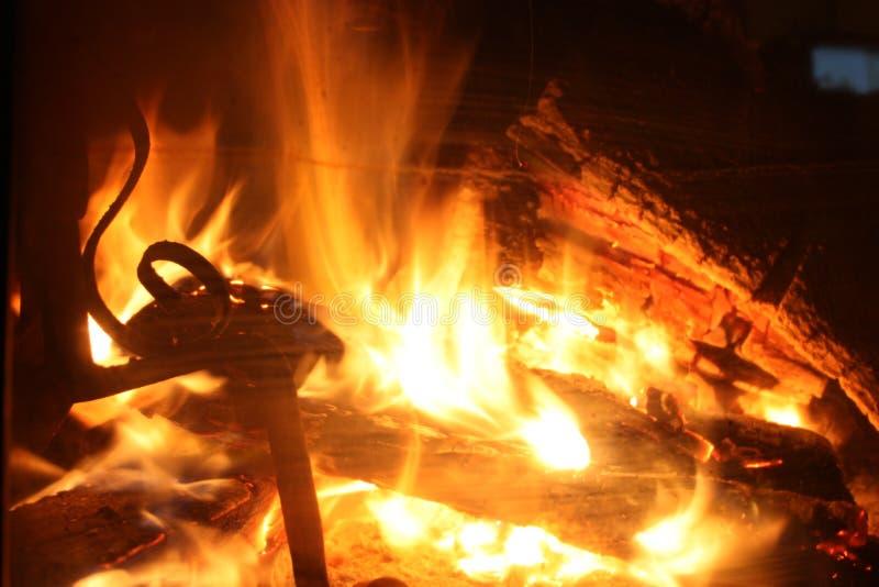 Il fuoco sfrigolante di un camino acceso che ricorda l'atmosfera di Natale dell'inverno immagini stock