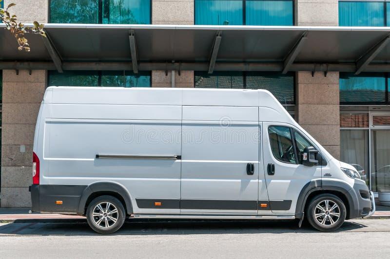 Il furgone bianco del carico di Fiat Ducato con il tetto alto ha parcheggiato sulla via fotografia stock libera da diritti