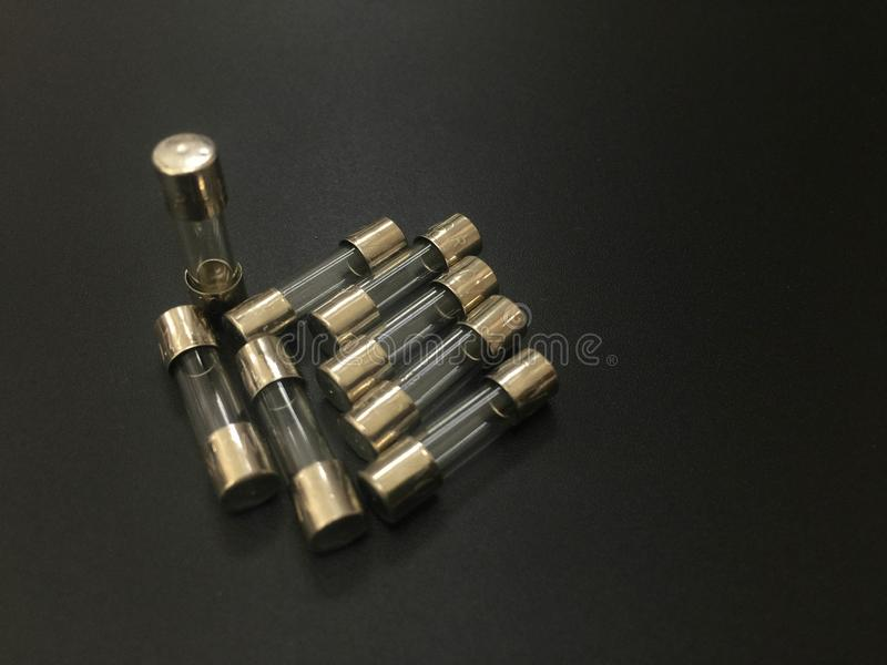 Il fusibile miniatura del mini fusibile elettrico del fusibile su fondo nero fotografia stock libera da diritti