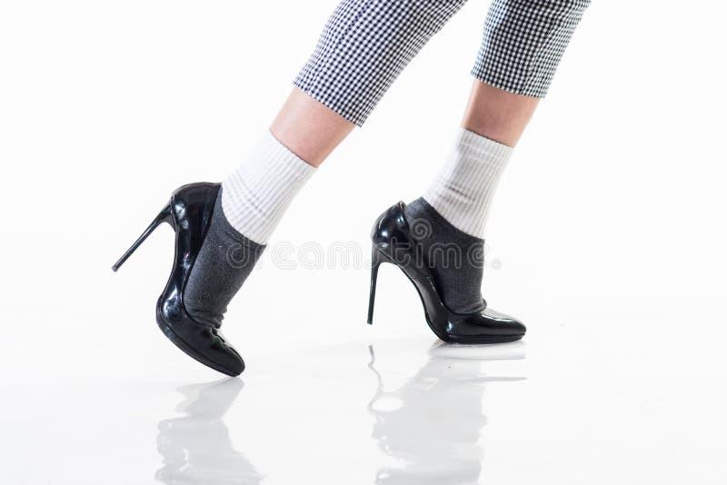 Il futuro di modo donna di camminata in scarpe nere Pattini su visualizzazione Modo e bellezza Stile del denim le scarpe femminil fotografia stock