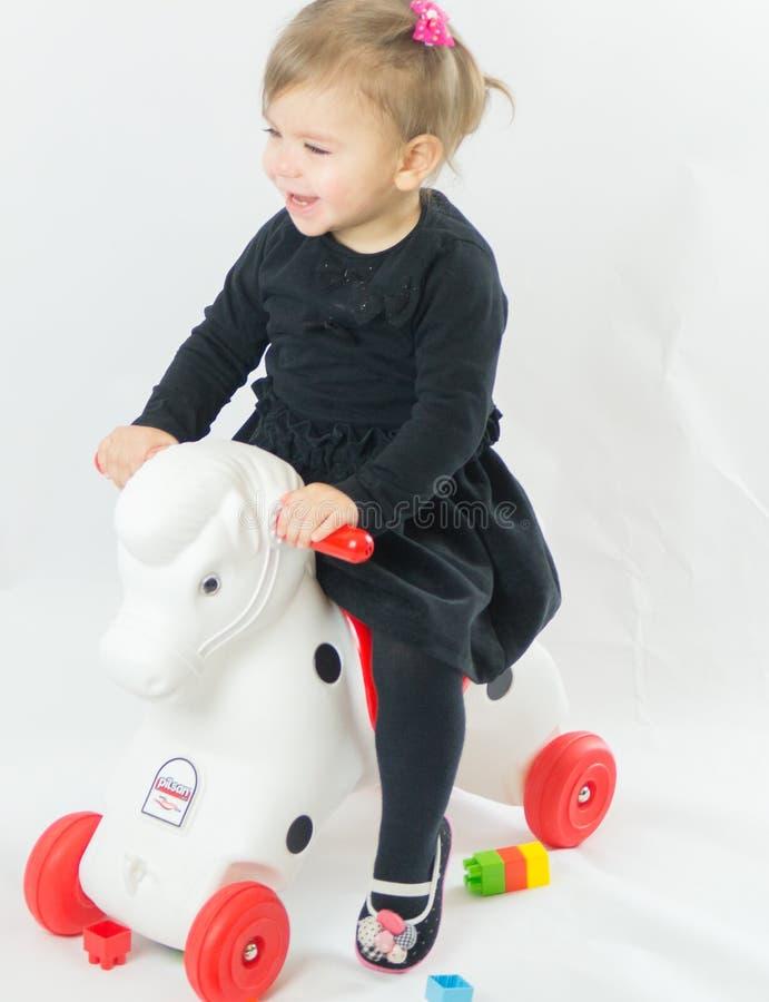 Il görsel giocattolo con le ruote del bambino della bambina immagine stock