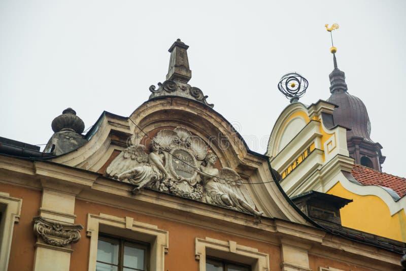 Il galletto dorato sulla torre di orologio Cattedrale di Riga sul quadrato della cupola al centro storico nella vecchia città di  fotografie stock