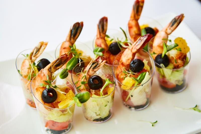 Il gamberetto, avocado, pomodoro, insalata di color salmone del cocktail è servito in un vetro immagini stock libere da diritti