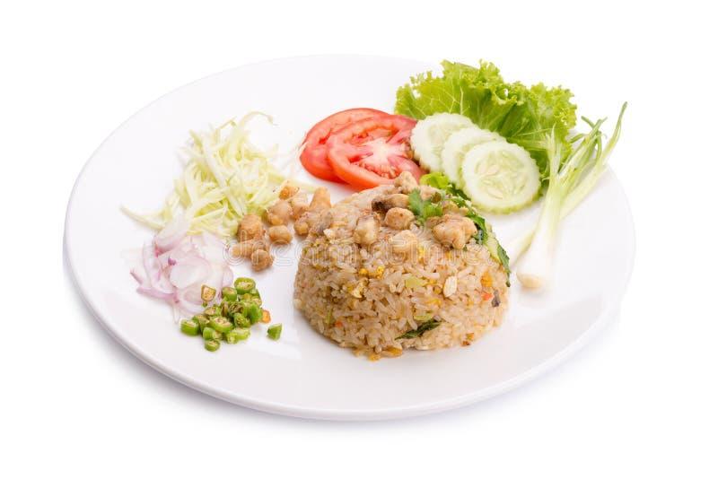 Il gamberetto dell'uovo del riso fritto ha salato il kampong del pesce in wok all'alimento s del mercato immagine stock
