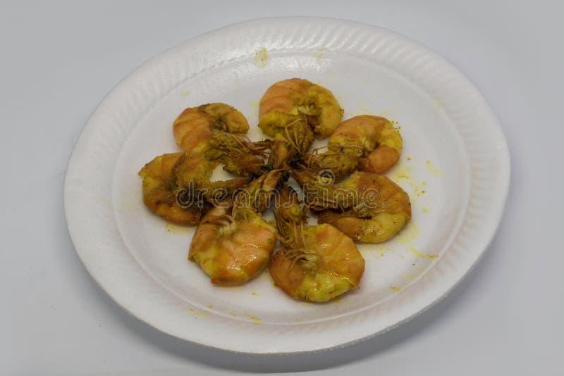 Il gamberetto fritto o il gamberetto fritto è gamberetto fritti nel grasso bollente fotografie stock libere da diritti