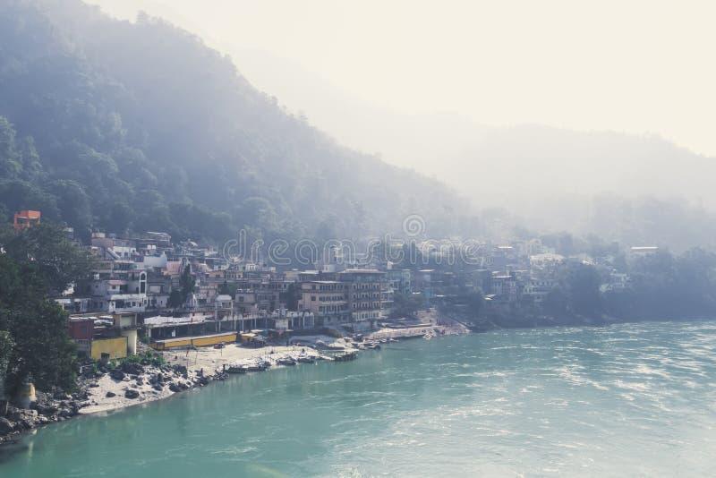 Il Gange santo che attraversa Rishikesh fotografia stock libera da diritti