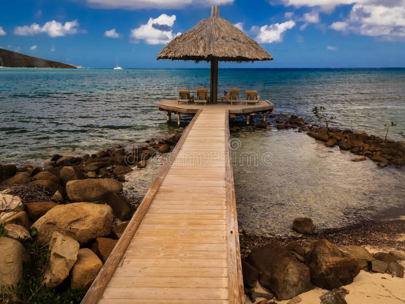 Il gazebo della località di soggiorno estende lontano nel paradiso dell'acqua del turchese delle Isole Vergini Britanniche fotografie stock