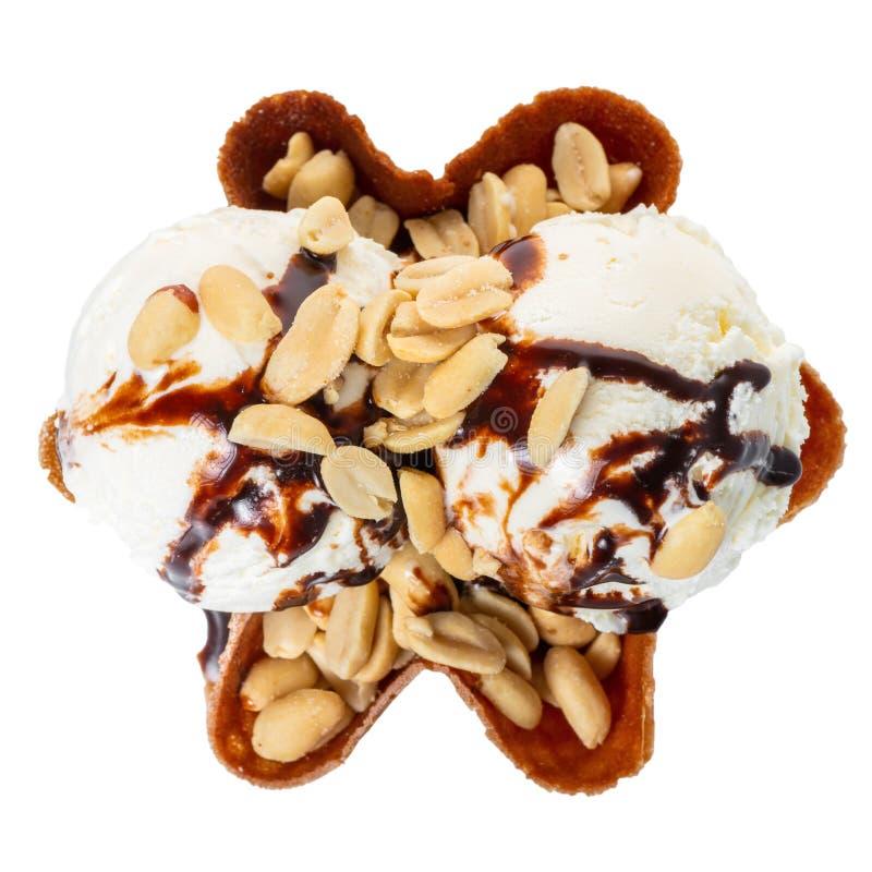 il gelato alla vaniglia dei mestoli ha decorato la guarnizione ed i dadi del cioccolato in ciotola del cono della cialda isolata  immagine stock