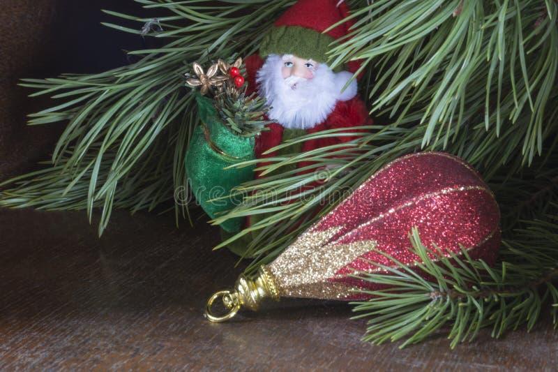 Il gelo del nonno con il giocattolo ha costato (supporto) la s sotto l'albero di abete immagini stock libere da diritti