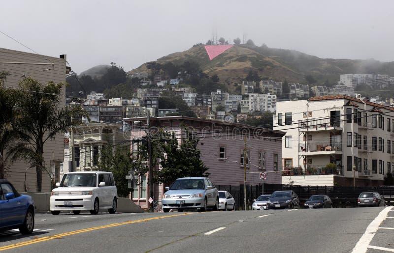 Il gemello alza il triangolo verticalmente rosa immagini stock libere da diritti