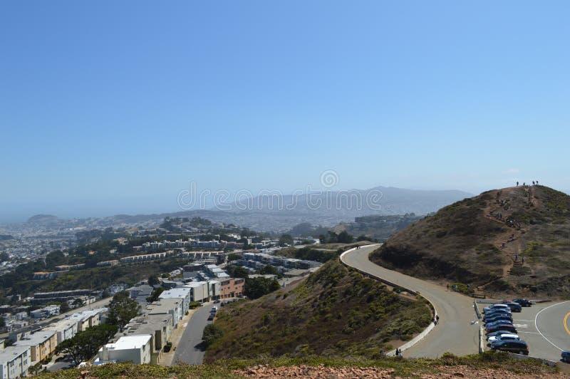 Il gemello alza la vista verticalmente San Francisco California immagini stock