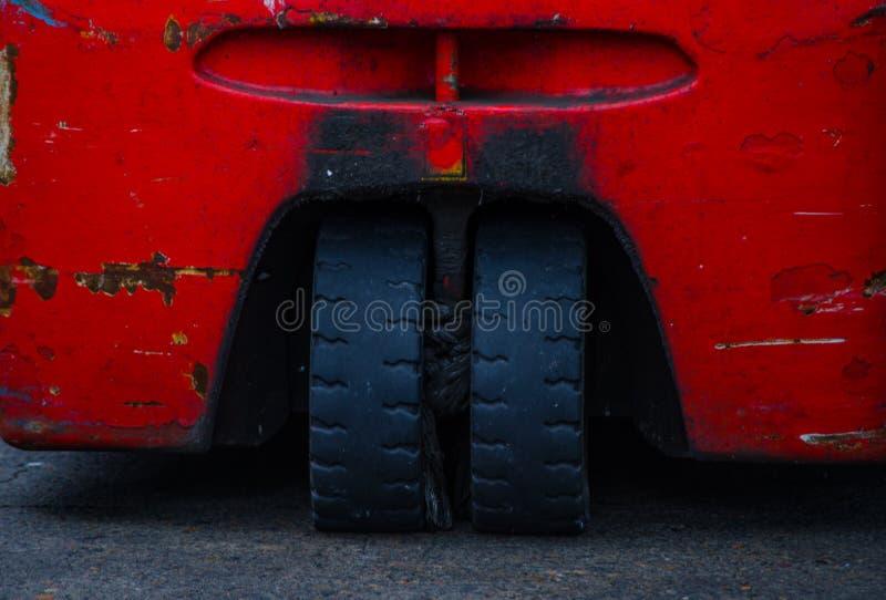 Il gemello coppia le ruote posteriori del carrello elevatore a forcale della compensazione a tre ruote elettrica nel colore rosso immagini stock libere da diritti
