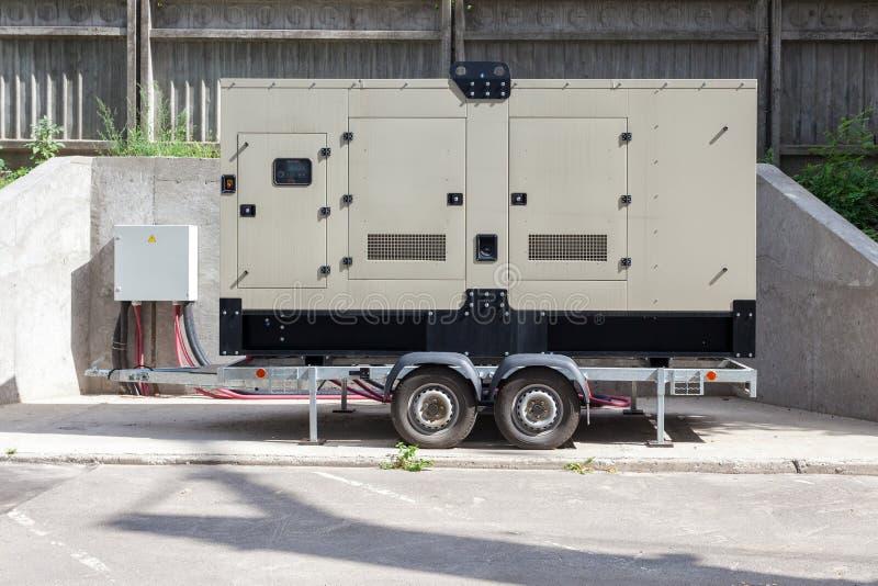 Il generatore di sostegno per l'edificio per uffici si è collegato al pannello di controllo con il cavo del cavo fotografia stock