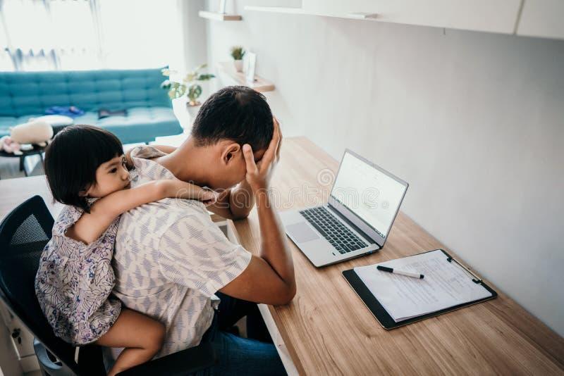 Il genitore interrompe da sua figlia mentre lavora nell'ufficio immagine stock