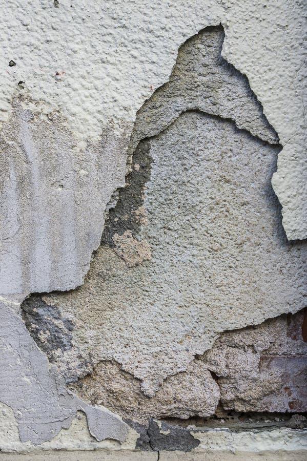 Il gesso pendente con le crepe in parecchi strati sulla casa mura reno fotografia stock libera da diritti