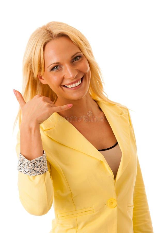 Il gesto biondo della donna di affari mi chiama isolato sopra il backgro bianco fotografia stock libera da diritti