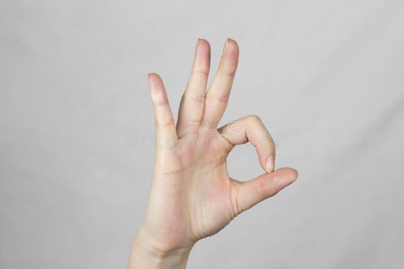 Il gesto di mano su un fondo bianco tutto è buon simbolo fotografia stock
