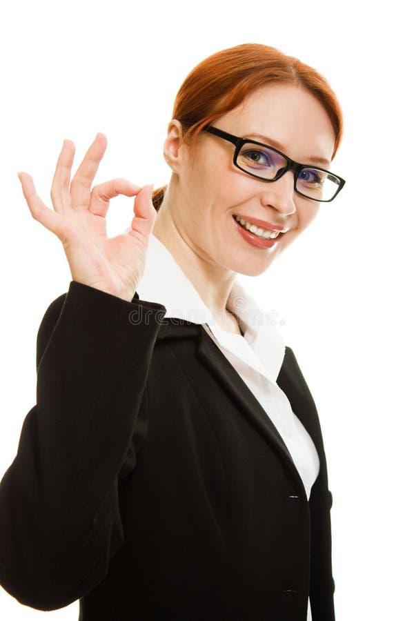 Il gesto sorridente della donna di affari mostra bene. immagine stock